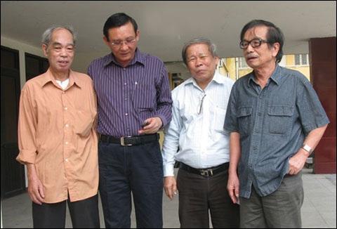 Nhà báo Nguyễn Thanh (trái) và đạo diễn Lê Phương (phải) tại phiên tòa 6 năm trước (ảnh tư liệu)