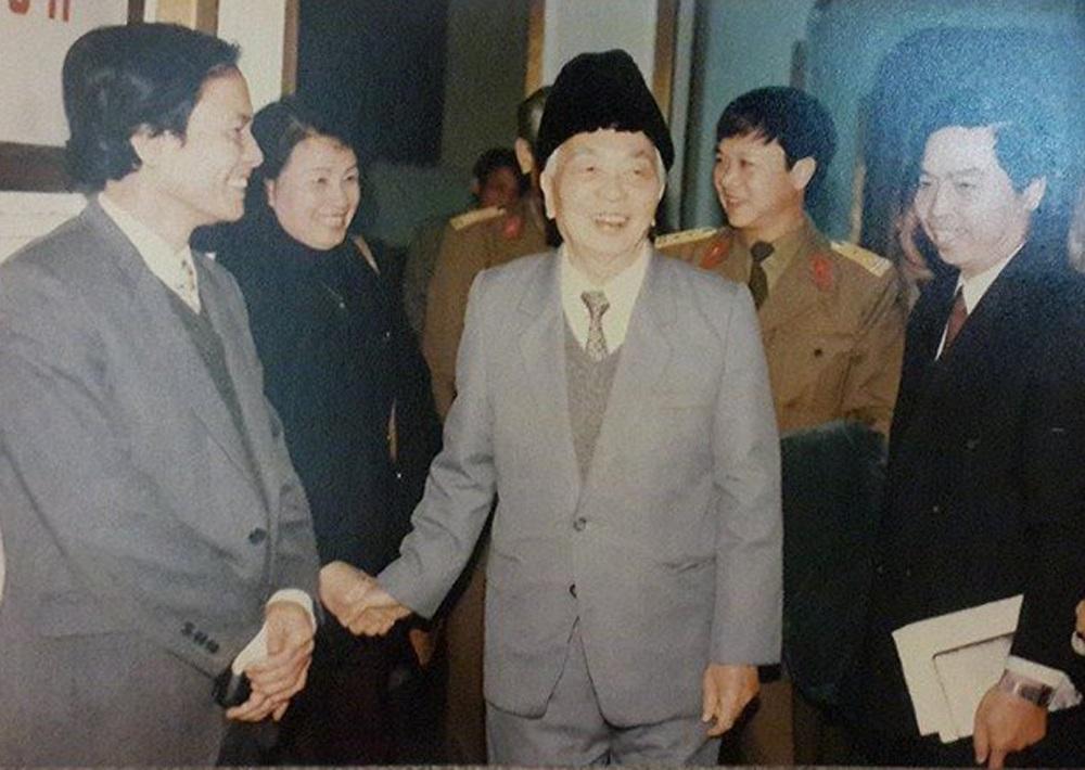 NSƯT Kim Cúc được Đại tướng Võ Nguyên Giáp bắt tay nhân một lần Đại tướng đến thăm Đài tiếng nói VN