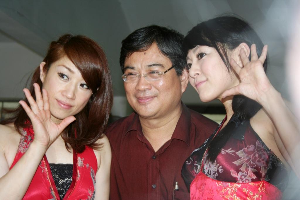 Hai nữ ảo thuật gia Nhật Bản xuất hiện tại làng trẻ SOS Hà Nội ngày 24/5