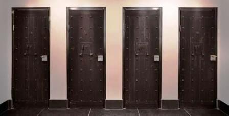 Các cánh cửa phòng vệ sinh là cánh cửa tù