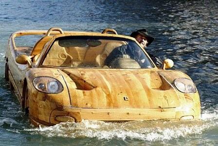Trước đó ông còn nổi tiếng với chiếc cano hình ô-tô bằng gỗ độc đáo