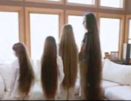 4 mẹ con có mái tóc tổng cộng dài hơn 4 mét