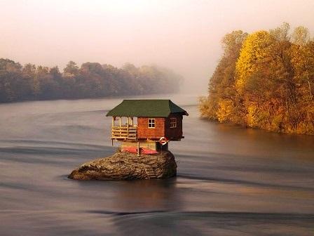 Ngôi nhà này nằm trên tảng đá ở giữa sông Drina 45 năm.