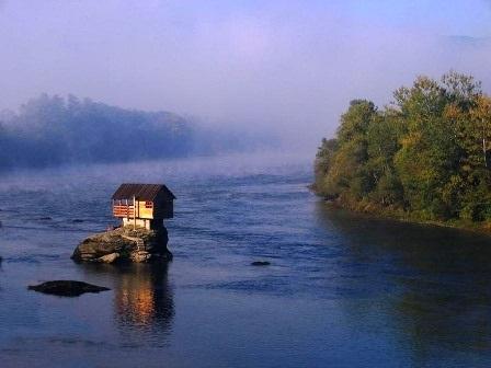 Thị trấn Bajina nằm trong thung lũng của dòng sông Drina ở rìa phía Đông của vườn Quốc gia Tara.