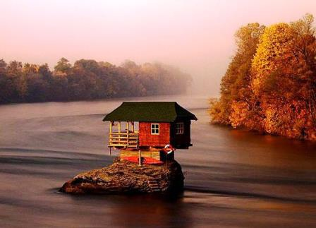 Kỳ lạ ngôi nhà nằm giữa sông