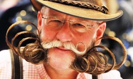 Dieter Besuch với kiểu râu xoắn nhiều tầng.