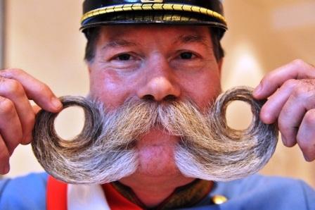 Ông Franz Schani Mitterhauser với kiểu râu uốn vòng ra hai bên.