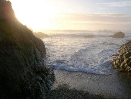 "Bãi biển ""Glass Beach"" ở"