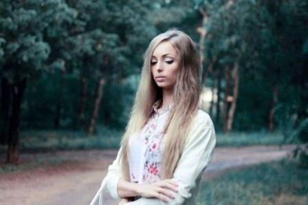 Với lối trang điểm tỉ mỉ đặc biệt là mái tóc vàng và đôi mắt to bất thường đã biến Alina trông như