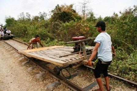 """""""Tàu hỏa"""" làm bằng tre trúc ở Cam-pu-chia"""