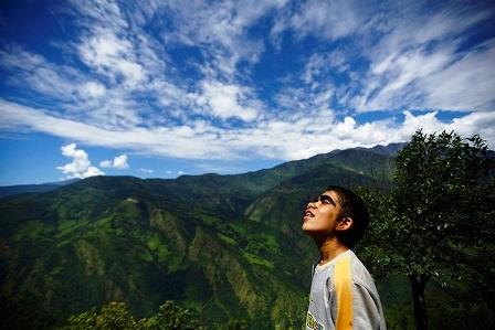 Niraj Budhathoki, 12 tuổi đang nhìn về phía trời xa ở
