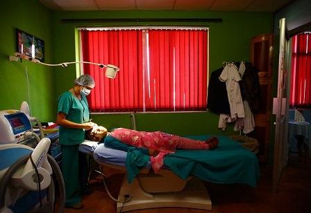 Manjura đang nằm trên giường bệnh, các bác sĩ tại bệnh viện