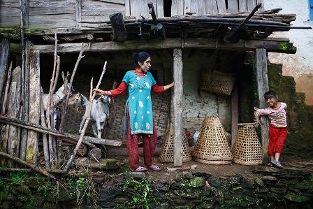 Devi Budhathoki cùng với 3 người con của chị: