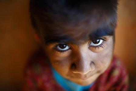 Mandira, 7 tuổi, đang chơi bên ngoài nhà, bé cảm thấy sợ hãi khi bị chụp ảnh