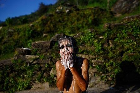 Niraj đang tắm bên một giếng nước
