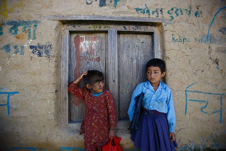 Mandira cùng với bạn học đứng bên ngoài lớp học