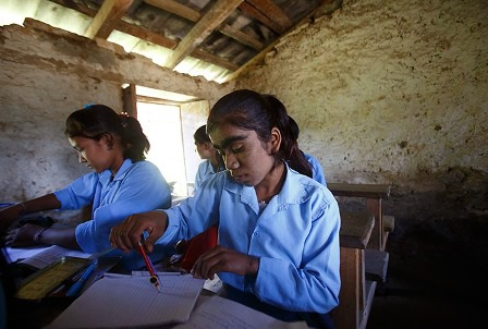 Manjura đang học bài trong lớp tại một ngôi trường ở