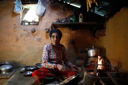 Chị Devi Budhathoki đang nấu ăn trong nhà bếp
