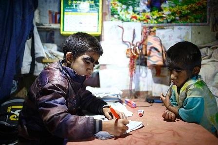 Niraj và Mandira đang làm bài tập về nhà