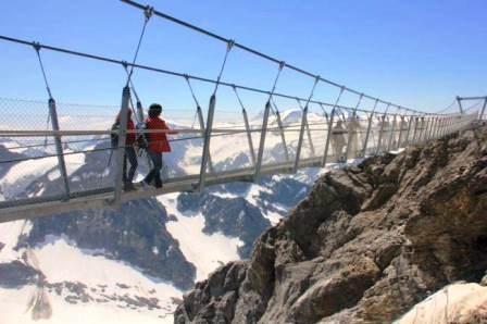 Đây được xem là chiếc cầu treo cao nhất ở châu Âu, có chiều cao 3000 mét. Cầu đi bộ