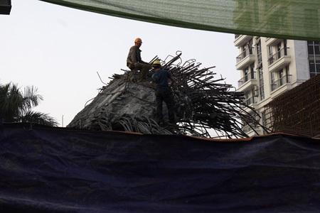 Hiện trường vụ sập hệ thống sàn đường sắt trong khi thi công hôm 28/12 (ảnh: Hữu Nghị)