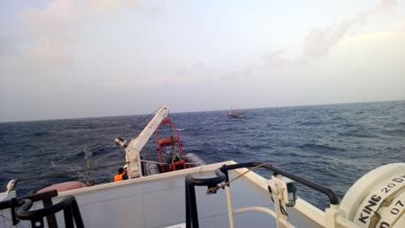 Tàu BĐ 91377 TS cùng các thuyền viên đang được đưa vào bờ