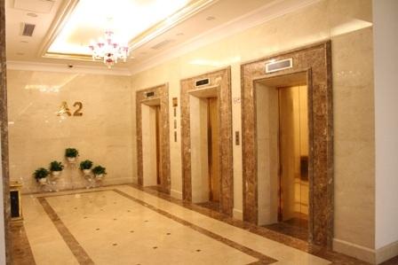 Bên trong tổ hợp Hòa Bình Green City, thang máy được dát vàng