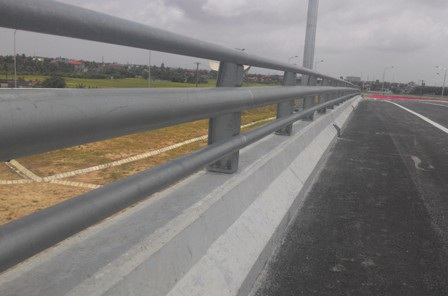 Lan can cầu, tôn lượng sóng đảm bảo an toàn trên tuyến cũng đã thi công xong
