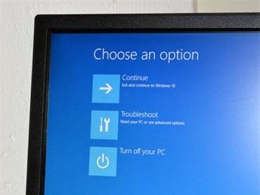 Khi khởi động lại xong, bạn sẽ thấy Windows 10