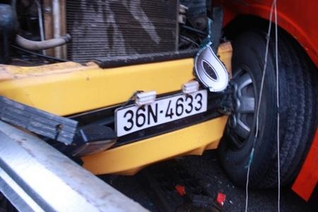 Đầu hai chiếc xe dính chặt vào nhau