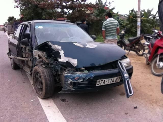 Cú đâm, khiến chiếc xe con bị hư hỏng nặng.