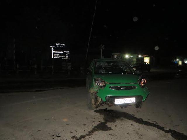 Sau cú đâm chiếc xe taxi của hãng Mai Linh hư hỏng nghiêm trọng (Ảnh: L.T).