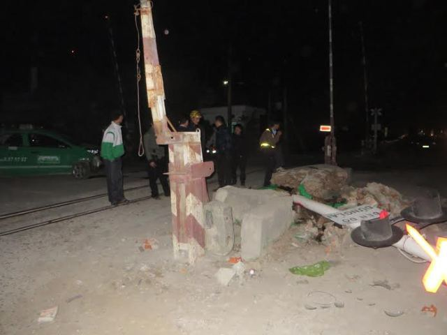 Taxi Mai Linh đâm nát biển báo giao thông, 4 người nguy kịch