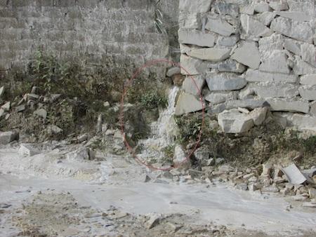 Nước chảy từ trong xưởng qua bờ tường... bằng một ống nhỏ.