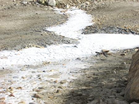 Nước chảy tràn cả mặt đường, gây ô nhiễm, đi lại gặp nhiều khó khăn.