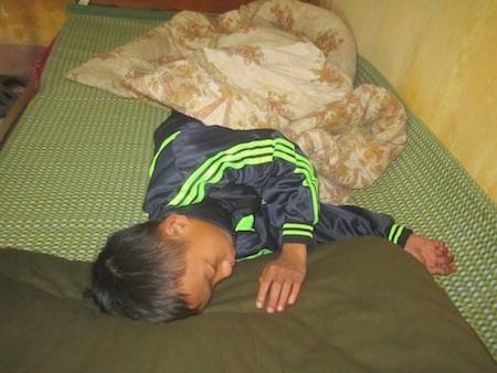 CSGT phát hiện bé trai ngủ ngoài ruộng trong giá buốt