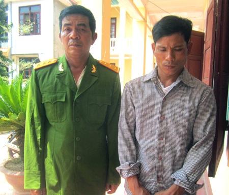 Hai đối tượng Hùng (bên trái) và Tú tại cơ quan điều tra thời điểm bị công an bắt giữ.