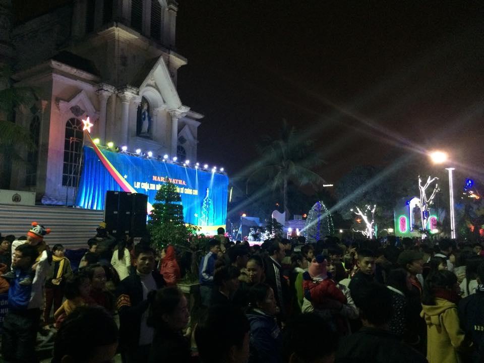 Hàng ngàn người đã chen chân chật Thánh đường Giáo xứ Cầu Rầm.