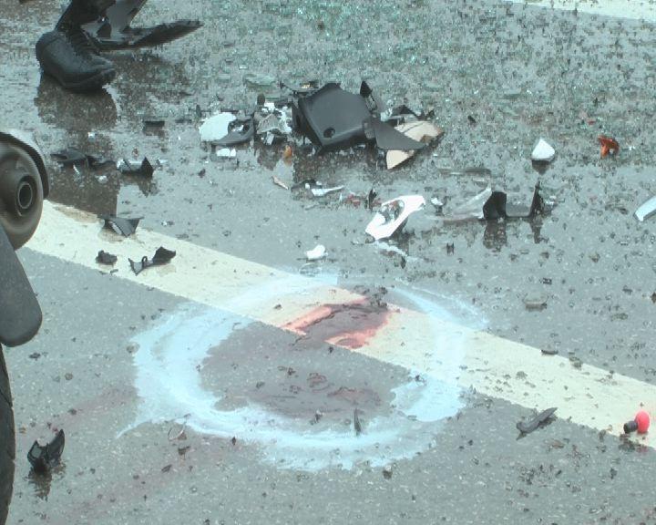 Hiện trường vụ tai nạn làm 4 người ngồi trên xe máy bị thương nặng phải đi cấp cứu.