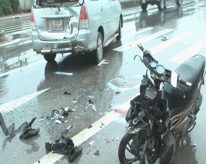 Cú đâm từ phía sau khiến cả xe máy và ô tô con bị hư hỏng.
