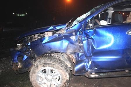 Chiếc xe ô tô con bị tàu đâm nát.