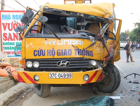 Chiếc xe cứu hộ đỗ bên đường bị một xe khác tránh vụ tai nạn đâm hư hỏng nặng.