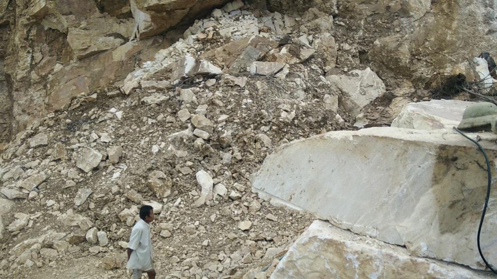 Ông Quế bảo vệ mỏ đá 2 năm nay dẫn PV đến chỗ sập đá.