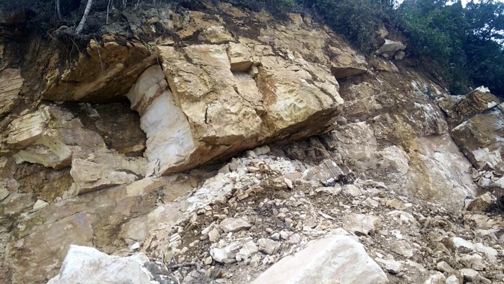 Sau vụ sập mỏ đá, các công nhân, máy móc ở đây được tạm nghỉ.