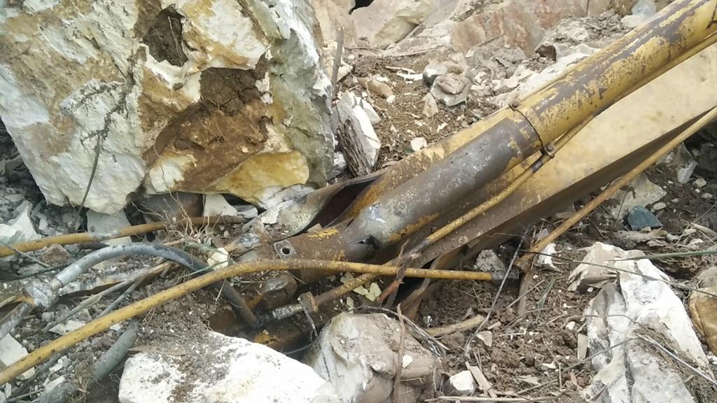 Chiếc cần cẩu máy múc nặng nhiều tấn nhưng không thấm so với tảng đá đè gãy nát.