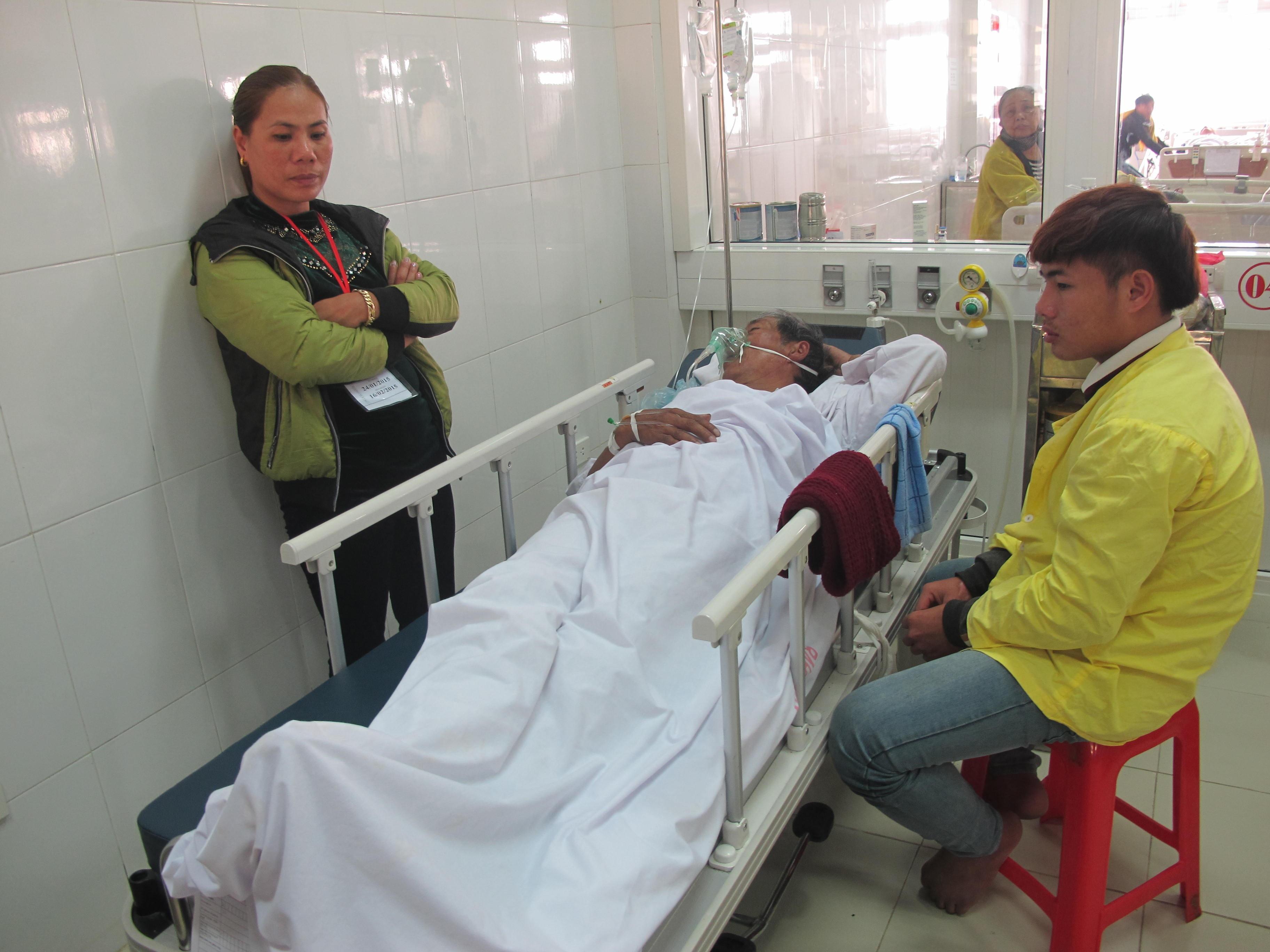 Một nạn nhân đang được cấp cứu tại BV.