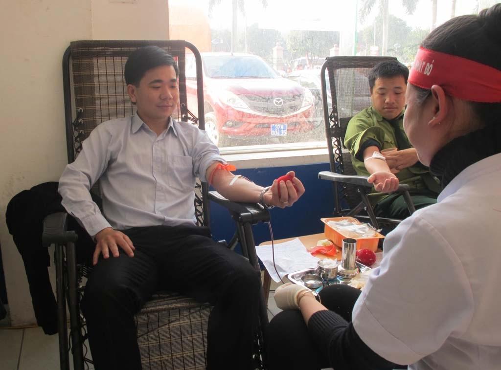 Các chiến sĩ, quân nhân cũng nhiệt tình tham gia hiến máu