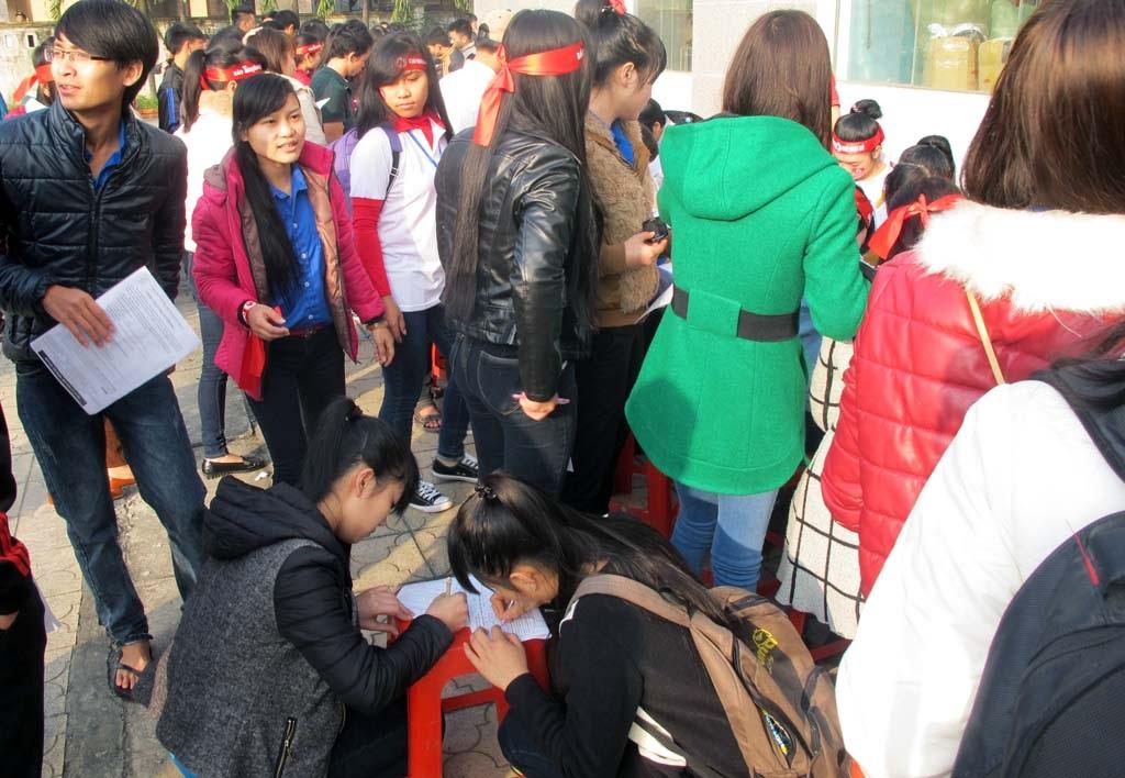 Rất đông bạn trẻ đăng ký hiến máu.