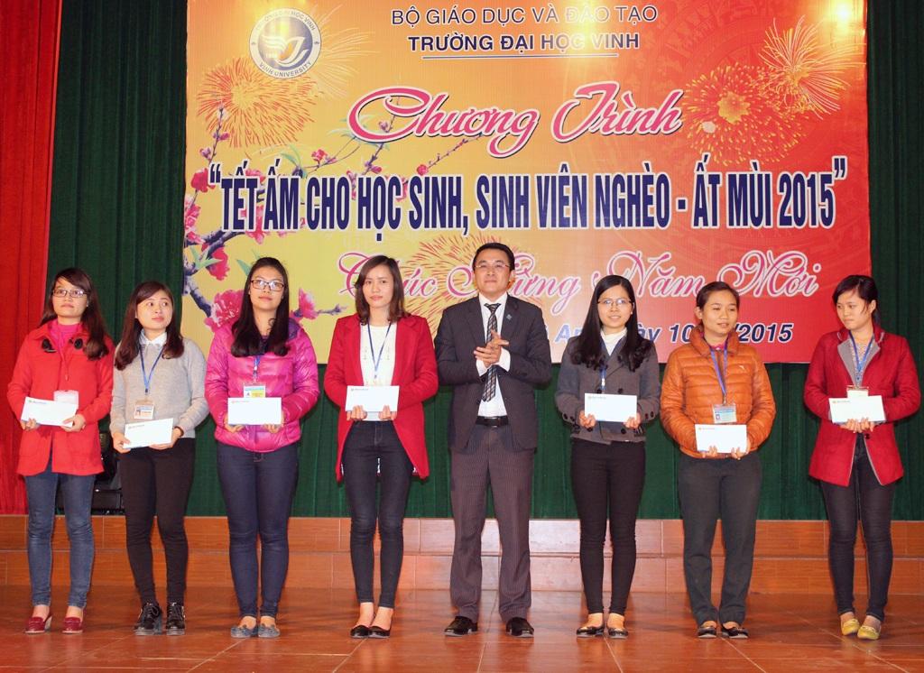 Đại diện ngân hàng Sài Gòn chi Nhánh Nghệ An trao 7 suất học bổng tới các em sinh viên nghèo.