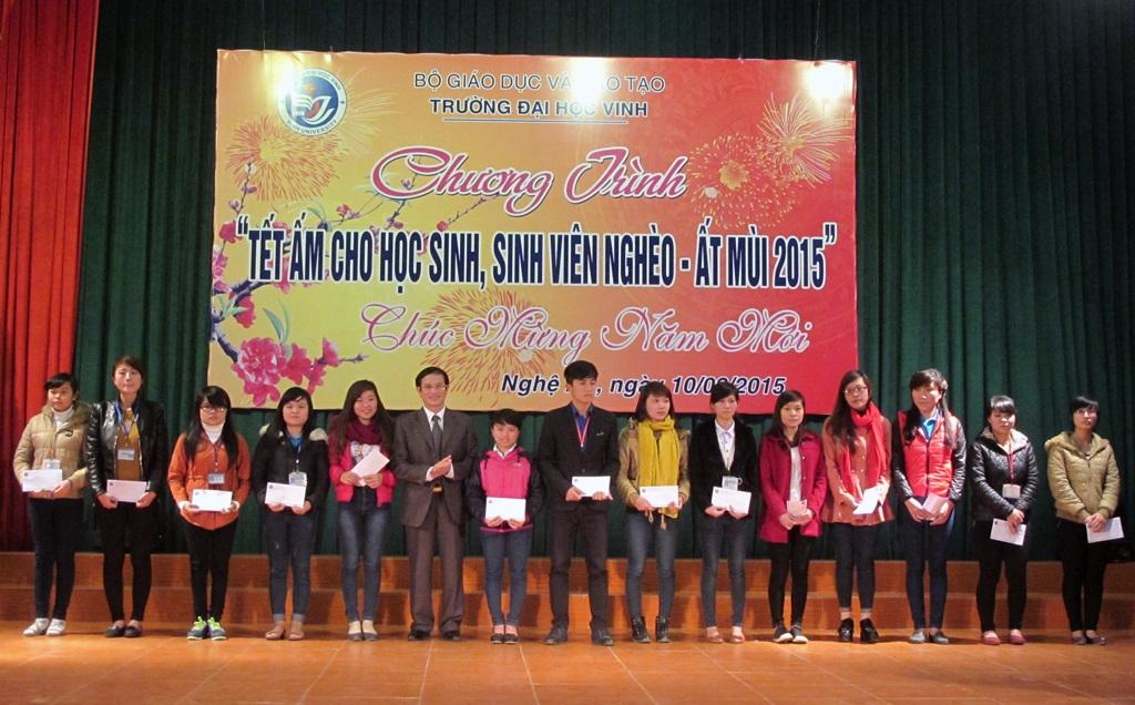 Các em sinh viên nghèo học giỏi được tặng quà Tết.